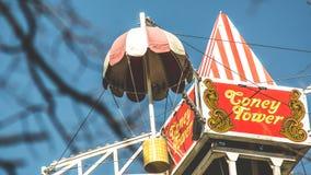 Parka rozrywki przyciąganie, przegląd od Ferris koła, Krestovsky wyspa, Petersburg 10 2018 Kwiecień Zdjęcia Stock