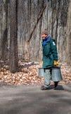 Parkarbeitskraft trägt Ahornsaft in den Blecheimern lizenzfreie stockbilder
