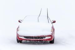 Parkauto im Winter-Schneesturm Stockfotos