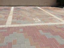 Parkautos breiteten dekorativen Ziegelstein aus Lizenzfreie Stockfotografie