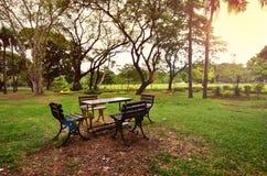 Parkbänke, stillstehende Bänke der Natur Stockbild