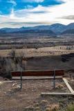Parkbank, die felsige Berge übersieht stockfoto