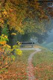 Parkbank im Nebel Lizenzfreie Stockfotos
