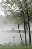 Parkbank im Nebel Stockfoto