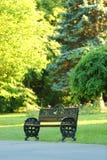Parkbank mit grünem Naturhintergrund Lizenzfreies Stockfoto