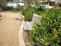 Parkbank in Santa Barbara, de botanische tuin van Californië met wegen en installaties stock afbeeldingen