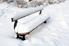 Parkbank in sneeuw Stock Afbeeldingen