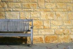 Parkbank und Steinwand. Lizenzfreie Stockbilder