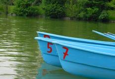 Parkboote mit gemalten Zahlen Stockfotos