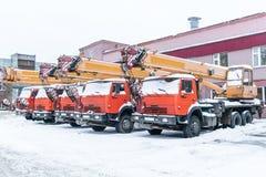 Parked sind LKW-Kräne Winter, alle Kräne bedeckt mit Schnee Stockfotografie