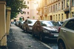 Parked ställning för använda bilar på gatan royaltyfria bilder