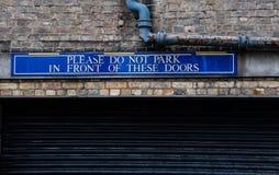 Parkeer niet infront van deze deur Stock Fotografie