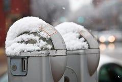 Parkeermeters die met Sneeuw worden behandeld stock fotografie