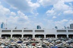 Parkeerplaats met zonnige blauwe hemel Stock Afbeelding