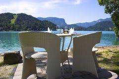 Parkeerplaats op het Europese bergenmeer Royalty-vrije Stock Afbeeldingen