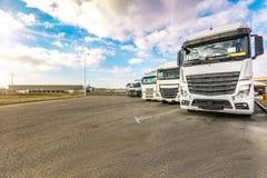Parkeerplaats voor zware vrachtwagens, begin een werkdag stock foto