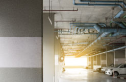 Parkeerterrein in de flatnadruk op concrete muur en onduidelijk beeldachtergrond Stock Fotografie