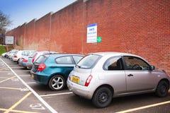 Parkeerterrein dichtbij bakstenen muur Stock Foto's