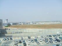 Parkeerterrein in een luchthaven Houten horlogetoren luchthaven vliegtuigen Royalty-vrije Stock Foto