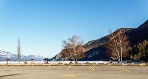 Parkeerterrein en picknickgebied bij het Meer Regionaal District van Colombia van het Oosten Kootenay Canada stock afbeeldingen
