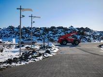 Parkeerterrein met auto en vrachtwagen in een ijzig weer stock fotografie