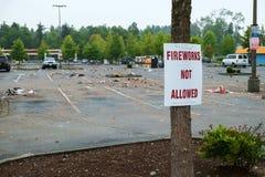 Parkeerterrein met besteed vuurwerk een rommel van dat wordt gemaakt van dat royalty-vrije stock fotografie