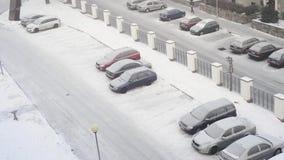 Parkeerterrein met gladde de wintersneeuw, mensen die, luchtmening lopen stock video