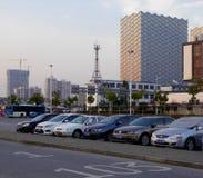 Parkeerterrein met lange moderne gebouwenachtergrond stock afbeeldingen