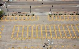 Parkeerterrein naast straat royalty-vrije stock afbeelding