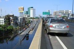 Parkeerterrein in rij op een brug vermijden overstromend Stock Foto's