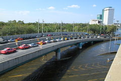 Parkeerterrein in rij op een brug vermijden overstromend Royalty-vrije Stock Foto's