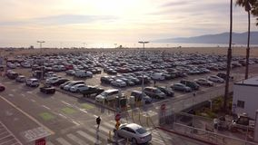Parkeerterrein in Santa Monica Pier op een bezige dag - LOS ANGELES, de V.S. - 1 APRIL, 2019 stock videobeelden