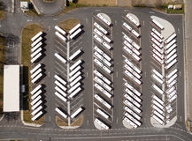 Parkeerterrein voor autobus en vrachtwagens Stock Foto