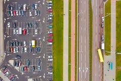 Parkeerterreinprobleem in grote steden Lucht Mening stock afbeeldingen