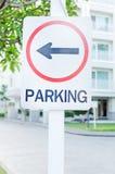 Parkeerterreinteken met linkerpijl en het inbouwen van achtergrond Royalty-vrije Stock Foto