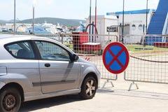 Parken eines Autos in einem verbotenen Platz Verkehrsschilder und Markierungen Ev lizenzfreies stockbild