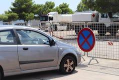 Parken eines Autos in einem verbotenen Platz Verkehrsschilder und Markierungen Evakuierung des Fahrzeugs Verletzung der Regeln de stockfotografie