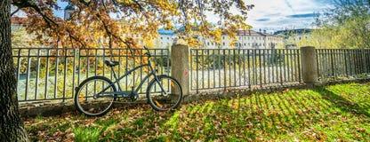 Parken eines Fahrrades am Zaun lizenzfreie stockbilder