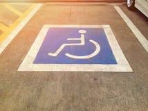 Parken für behinderte Gäste am Parkplatz lizenzfreies stockbild