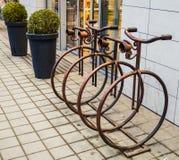 Parken für die Fahrräder hergestellt vom Eisen Lizenzfreie Stockfotos