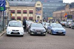 Parken für ein Taxi in der Straße in Helsinki stockfotos