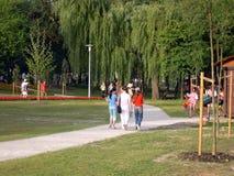 parken går royaltyfri fotografi