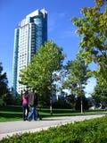 parken går Royaltyfri Bild