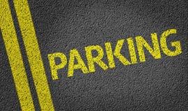 Parken geschrieben auf die Straße Stockbild
