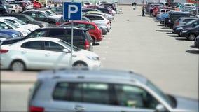 Parken ist vor dem Grossmarkt mit Käufern stock video