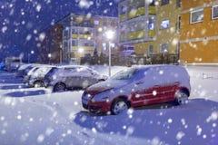Parken mit Autos auf einer kalten Winternacht Lizenzfreies Stockbild
