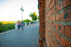 Parken Sie Aleksandrovsky und Leute in ihm in Kirow-Stadt im Jahre 2016 Lizenzfreie Stockfotos