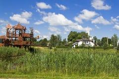 Parken Sie für den Rest im litauischen Dorf Stockbilder