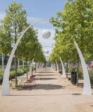 Parken Sie in im Stadtzentrum gelegenem Dallas, TX mit Bögen und Bäumen Lizenzfreie Stockbilder