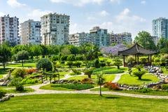 Parken Sie mit den Gärten und Kiefern, die nahe den Sabanci-Zentren gelegen sind Lizenzfreie Stockfotografie